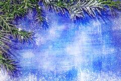 Το κατασκευασμένο ξύλινο μπλε υπόβαθρο με ξύνει και γρατσουνίζει στο χιόνι Στοκ Εικόνα