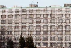 Το κατοικημένο κτήριο ανακαινίζεται προκειμένου να σωθεί η ενέργεια Στοκ εικόνες με δικαίωμα ελεύθερης χρήσης