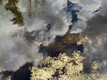 Το κατώτατο σημείο της δεξαμενής, της επιφάνειας νερού και της αντανάκλασης του ουρανού και των σύννεφων Στοκ εικόνες με δικαίωμα ελεύθερης χρήσης