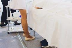Το κατώτατο σημείο του γιατρού σε ένα άσπρο παλτό κάθεται στο νοσοκομείο στοκ φωτογραφία με δικαίωμα ελεύθερης χρήσης