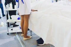 Το κατώτατο σημείο του γιατρού σε ένα άσπρο παλτό κάθεται στο νοσοκομείο στοκ εικόνες με δικαίωμα ελεύθερης χρήσης