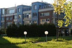 Το κατώφλι του σπιτιού στο χωριό, αναμμένο από τον ήλιο, τα φανάρια και τις πορείες στο χορτοτάπητα, μικρά κουλούρια που φωτίζοντ Στοκ εικόνα με δικαίωμα ελεύθερης χρήσης