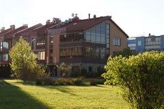 Το κατώφλι του σπιτιού στο χωριό, αναμμένο από τον ήλιο, το χορτοτάπητα, μικρά κουλούρια που φωτίζονται από τον ήλιο Στοκ φωτογραφία με δικαίωμα ελεύθερης χρήσης