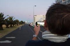 Το καυκάσιο άτομο είναι μαγνητοσκόπηση το supermoon στο Καίηπ Τάουν Στοκ Εικόνα