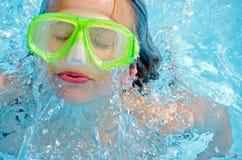 Το καυκάσιο κορίτσι με κολυμπά τα προστατευτικά δίοπτρα Στοκ Φωτογραφίες