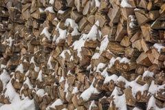 Το καυσόξυλο χιονίζεται κατά τη διάρκεια της εποχής θέρμανσης στοκ εικόνες