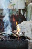 το καυσόξυλο και οι κλάδοι εγκαυμάτων δαπέδων τζακιού για τον άνθρακα Στοκ Εικόνες