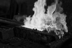 Το καυτό μέταλλο σε έναν σιδηρουργό σφυρηλατεί Στοκ εικόνα με δικαίωμα ελεύθερης χρήσης