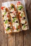 Το καυτό νόστιμο baguette περικοπών έψησε με το κοτόπουλο, τυρί, ντομάτες, oli Στοκ εικόνα με δικαίωμα ελεύθερης χρήσης