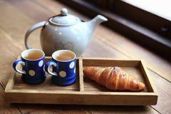 Το καυτό τσάι στα φλυτζάνια με τα croissants Στοκ φωτογραφίες με δικαίωμα ελεύθερης χρήσης