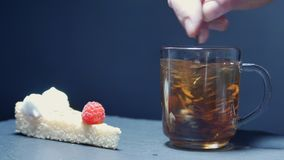 Το καυτό τσάι χύνεται σε ένα γυαλί Διαφανείς teapot και φλυτζάνα τσαγιού γυαλιού κίνηση αργή απόθεμα βίντεο