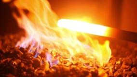 Το καυτό υγρό μέταλλο σε έναν σιδηρουργό σφυρηλατεί απόθεμα βίντεο