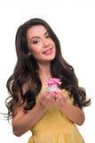 Το καυτό brunette κρατά το εύγευστο cupcake Στοκ εικόνα με δικαίωμα ελεύθερης χρήσης