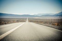 Το καυτό tarmac ενός δρόμου στην κοιλάδα θανάτου Στοκ φωτογραφίες με δικαίωμα ελεύθερης χρήσης