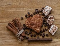 Το καφετί ξύλινο φασόλι καφέ επιτροπής και η τουρκική σοκολάτα μπισκότων κανέλας απόλαυσης κολλούν την ξύλινη σύσταση Στοκ φωτογραφία με δικαίωμα ελεύθερης χρήσης