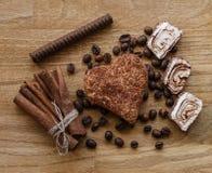 Το καφετί ξύλινο φασόλι καφέ επιτροπής και η τουρκική σοκολάτα μπισκότων κανέλας απόλαυσης κολλούν την ξύλινη σύσταση Στοκ εικόνες με δικαίωμα ελεύθερης χρήσης