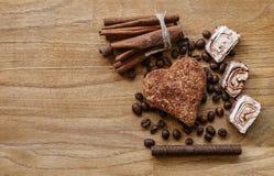 Το καφετί ξύλινο φασόλι καφέ επιτροπής και η τουρκική σοκολάτα μπισκότων κανέλας απόλαυσης κολλούν την ξύλινη σύσταση Στοκ εικόνα με δικαίωμα ελεύθερης χρήσης