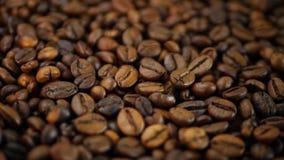 το καφετί φλυτζάνι καφέ φασολιών έψησε το λευκό φιλμ μικρού μήκους