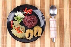 Το καφετί jasmine ρύζι ολοκλήρωσε το πράσινα κάρρυ και τα ψάρια κοτόπουλου Στοκ εικόνα με δικαίωμα ελεύθερης χρήσης