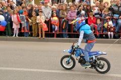 Το καλάζνικοφ είναι ο νεώτερος αθλητικός τύπος στο αθλητικό τμήμα μηχανών Στοκ εικόνες με δικαίωμα ελεύθερης χρήσης