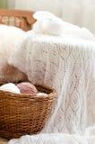 Το καλάθι των κουβαριών & η άσπρη λεπτομέρεια της υφαμένης βιοτεχνίας πλέκουν το πουλόβερ Στοκ εικόνα με δικαίωμα ελεύθερης χρήσης