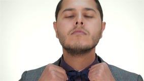 Το καλά-ντυμένο αρσενικό ισιώνει το δεσμό τόξων απόθεμα βίντεο