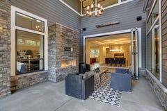 Το καλά σχεδιασμένο καλυμμένο patio καυχάται την εστία πετρών στοκ εικόνες με δικαίωμα ελεύθερης χρήσης