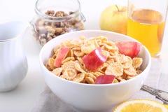 Το καλαμπόκι και το ρύζι ξεφλουδίζουν με ένα φρέσκο μήλο, Muesli με τη φέτα της Apple Στοκ Φωτογραφίες