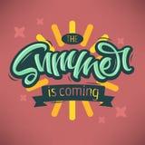 Το καλοκαίρι είναι ερχόμενη εγγραφή χειρογράφων βουρτσών σχεδίου ετικετών Callig Στοκ εικόνες με δικαίωμα ελεύθερης χρήσης