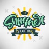 Το καλοκαίρι είναι ερχόμενη εγγραφή χειρογράφων βουρτσών σχεδίου ετικετών Callig Στοκ φωτογραφίες με δικαίωμα ελεύθερης χρήσης