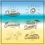 Το καλοκαίρι είναι ερχόμενο κείμενο στο θολωμένο υπόβαθρο θερινών παραλιών διανυσματική απεικόνιση