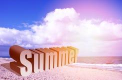 Το καλοκαίρι είναι εδώ τρισδιάστατο κείμενο στην παραλία Στοκ φωτογραφίες με δικαίωμα ελεύθερης χρήσης