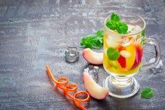 Το καλοκαίρι πίνει το γλυκό τσάι ροδάκινων με τον πάγο και τη μέντα, διάστημα αντιγράφων Στοκ Εικόνα