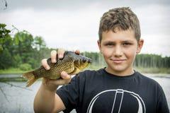 Το καλοκαίρι σε μια αλιεία λίγο boyl επίασε έναν μεγάλο κυπρίνο Στοκ εικόνες με δικαίωμα ελεύθερης χρήσης