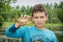 Το καλοκαίρι σε μια αλιεία λίγο boyl επίασε έναν μεγάλο κυπρίνο Στοκ φωτογραφία με δικαίωμα ελεύθερης χρήσης