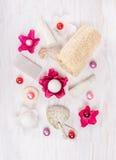 Το καλλυντικό που τίθεται για το λουτρό με το άρωμα ανθίζει, άλατος και ελαίου σφαίρες, σφουγγάρι, ελαφρόπετρα Στοκ Φωτογραφία