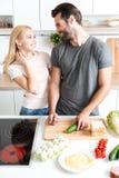 Το καλό μαγείρεμα ζευγών στο τους Στοκ Εικόνες