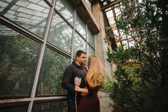 Το καλό νέο ζεύγος θέτει στο θερμοκήπιο Στοκ Φωτογραφία