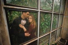 Το καλό νέο ζεύγος θέτει στο θερμοκήπιο Στοκ Φωτογραφίες