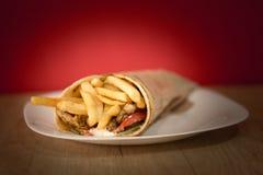 Το καλύτερο γυροσκόπιο της Τουρκίας με τα τηγανητά και τη σαλάτα Στοκ φωτογραφίες με δικαίωμα ελεύθερης χρήσης