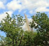 Το καλώδιο έμεινε γέφυρα εξουσιάζει τη γειτονιά Στοκ εικόνες με δικαίωμα ελεύθερης χρήσης