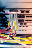 Το καλώδιο οπτικών ινών συνδέει με το διακόπτη ethernet Στοκ φωτογραφία με δικαίωμα ελεύθερης χρήσης