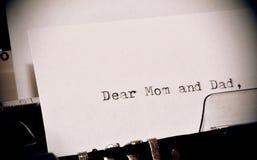 Το κείμενο αγαπητό Mom και ο μπαμπάς δακτυλογράφησαν στην παλαιά γραφομηχανή Στοκ εικόνα με δικαίωμα ελεύθερης χρήσης