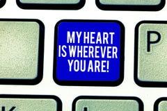 Το κείμενο γραφής η καρδιά μου είναι οπουδήποτε είστε Έννοια που σημαίνει εκφράζοντας το roanalysistic πληκτρολόγιο συναισθημάτων στοκ φωτογραφίες
