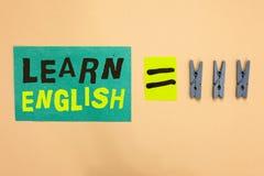 Το κείμενο γραφής μαθαίνει τα αγγλικά Η έννοια που σημαίνει την καθολική γλωσσική εύκολη επικοινωνία και καταλαβαίνει το τυρκουάζ στοκ εικόνα
