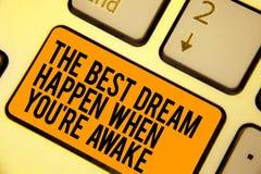 Το κείμενο γραφής που γράφει το καλύτερο όνειρο συμβαίνει πότε σχετικά με είστε άγρυπνοι Η έννοια που σημαίνει τα όνειρα πραγματο στοκ εικόνες