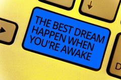 Το κείμενο γραφής που γράφει το καλύτερο όνειρο συμβαίνει πότε σχετικά με είστε άγρυπνοι Η έννοια που σημαίνει τα όνειρα πραγματο στοκ φωτογραφίες με δικαίωμα ελεύθερης χρήσης