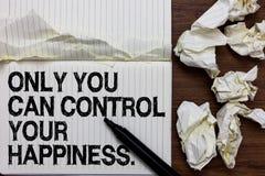 Το κείμενο γραφής που γράφει μόνο εσείς μπορεί να ελέγξει την ευτυχία σας Έννοια που σημαίνει τον προσωπικό δείκτη έμπνευσης μόνο στοκ εικόνα