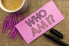 Το κείμενο γραφής που γράφει το cWho είναι ερώτηση Ι Έννοια που σημαίνει ρωτημένο το ερώτηση μυστήριο ψυχολογίας αμφιβολίας σκέψη στοκ εικόνες