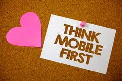 Το κείμενο γραφής σκέφτεται ότι η κινητή πρώτη σημασία έννοιας φορητή επινοεί το φορητό ροζ αγάπης τηλεφωνικών πρώτα αρσενικών ελ στοκ φωτογραφίες